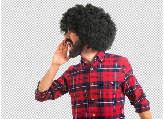 Afro homme criant sur fond blanc