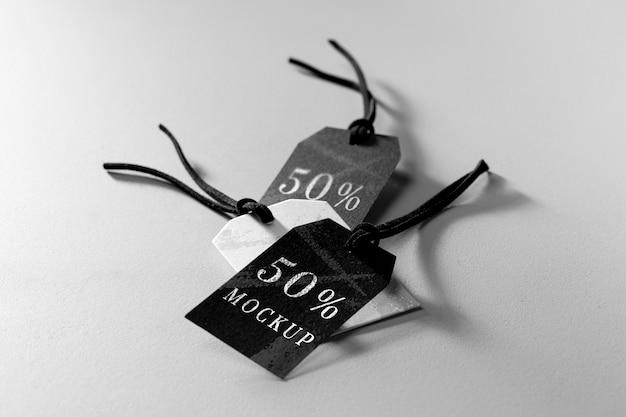Agencement de maquette de haute vue d'étiquettes de vêtements en noir et blanc