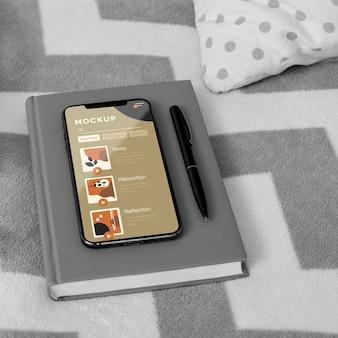 Agenda et mobile sur le lit