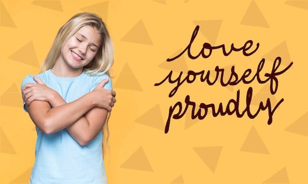 Aime-toi fièrement mignonne jeune fille