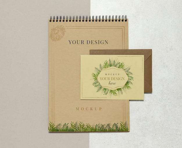 Album de maquette et carte d'invitation sur fond beige gris