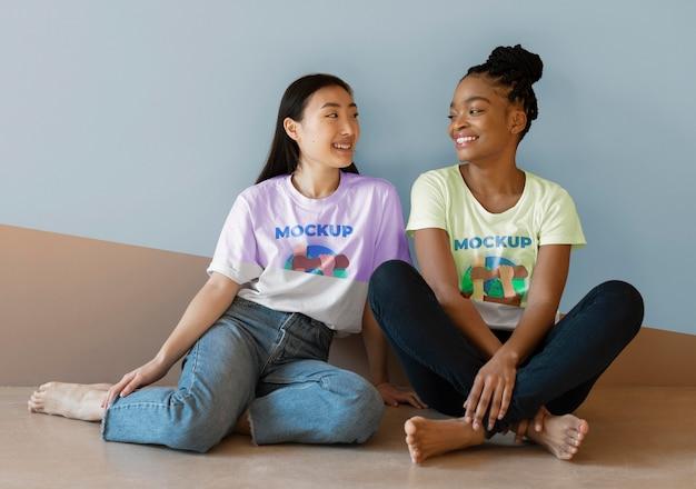 Amis représentant le concept d'inclusion avec des maquettes de t-shirts