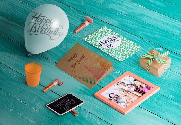 Angle élevé d'éléments d'anniversaire sur une table en bois
