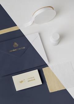 Angle élevé d'invitation de carnaval dans une enveloppe avec du ruban adhésif