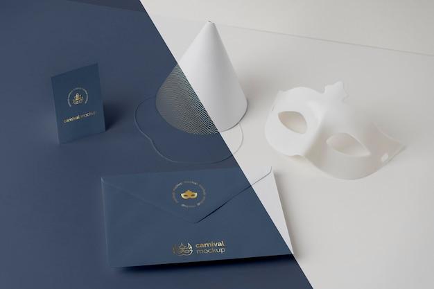 Angle élevé d'invitation de carnaval dans une enveloppe avec masque et cône