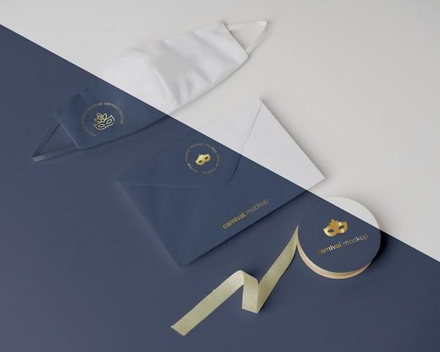 Angle élevé d'invitation de carnaval dans une enveloppe avec masque facial et ruban adhésif