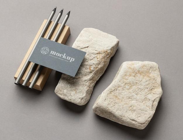 Angle élevé de la papeterie en papier avec des pierres et des crayons