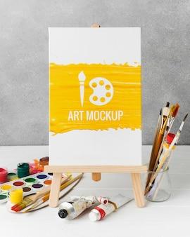 Arrangement avec aquarelles et toile