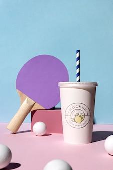 Arrangement avec des articles de tasse et de ping-pong