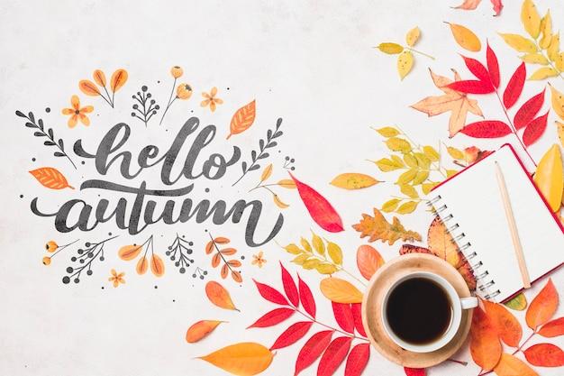 Arrangement d'automne à plat avec café