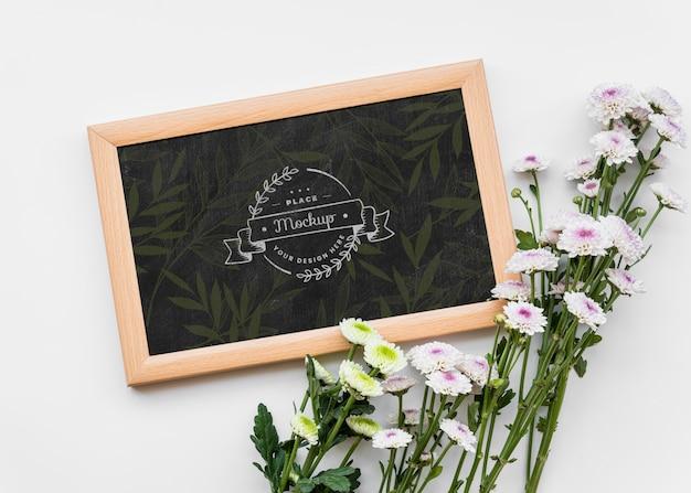 Arrangement de belles fleurs à plat