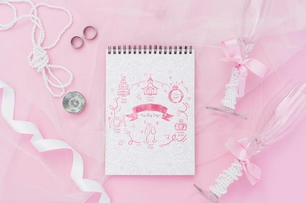 Arrangement de bloc-notes avec des idées et des décorations de mariage