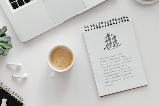 Arrangement avec bloc-notes maquette sur un bureau