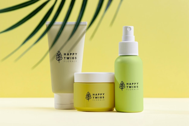 Arrangement de cosmétiques naturels avec des feuilles