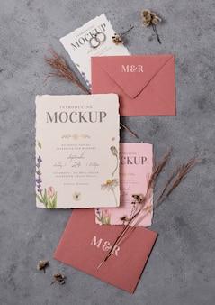 Arrangement d'élégantes cartes de maquette de mariage