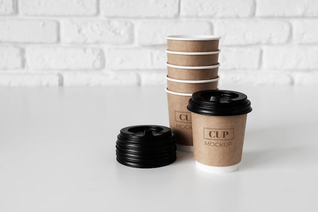 Arrangement d'éléments de café jetable