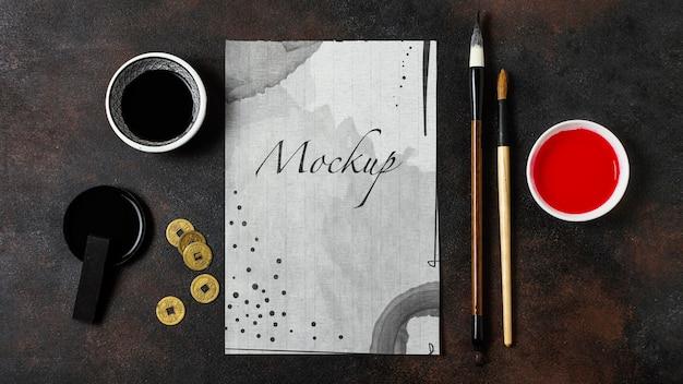Arrangement d'éléments d'encre de chine avec maquette en papier