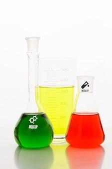 Arrangement d'éléments scientifiques avec maquette de tubes