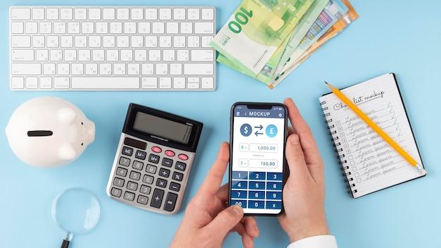 Arrangement financier avec maquette de téléphone