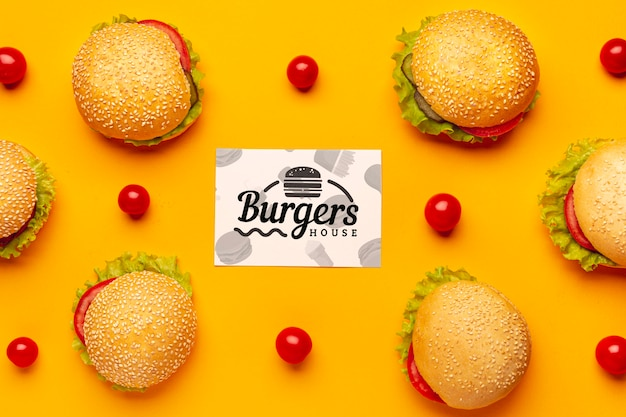 Arrangement de hamburgers et tomates vue de dessus