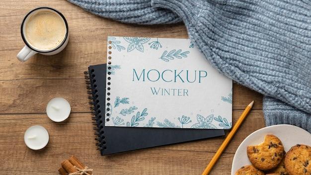Arrangement hygge d'hiver avec maquette de bloc-notes