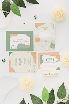 Arrangement d'invitation de mariage avec des fleurs