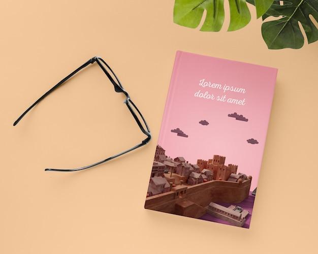 Arrangement de livre et de lunettes vue de dessus
