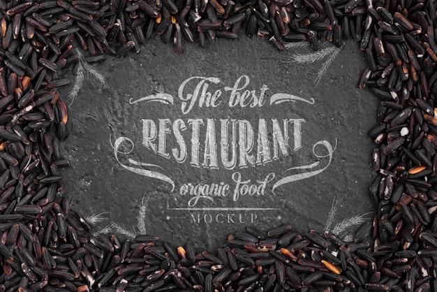 Arrangement de maquette de nourriture sombre de restaurant