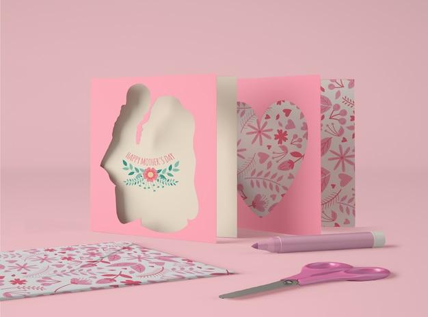 Arrangement mignon pour la fête des mères avec maquette de carte