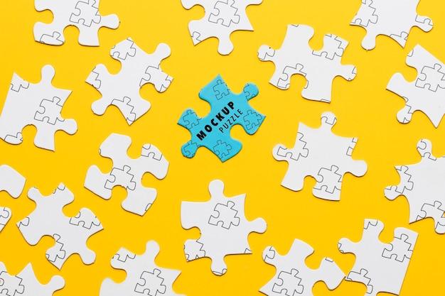 Arrangement avec une pièce de puzzle bleue