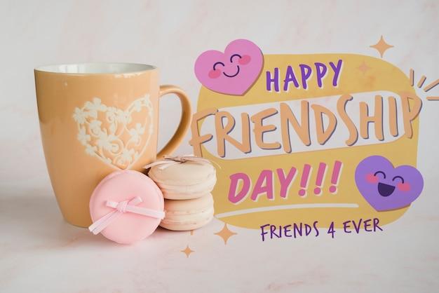 Arrangement pour la journée de l'amitié avec une tasse