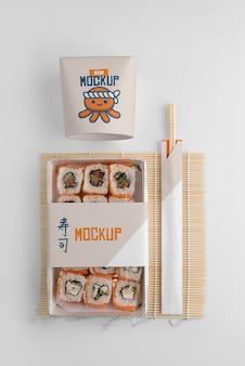 Arrangement de restauration rapide japonaise avec emballage de maquette
