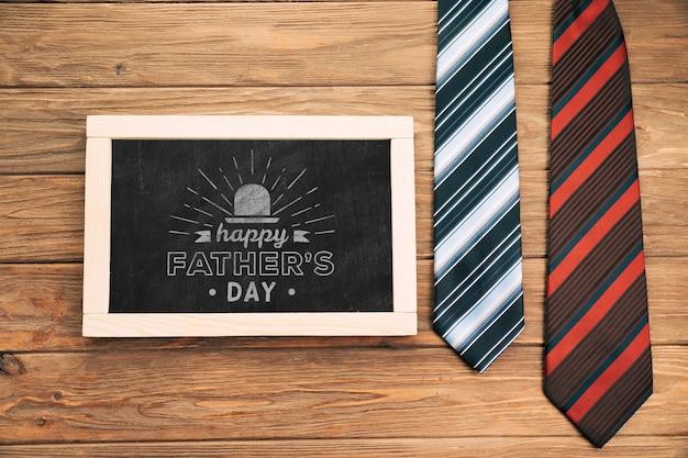 Arrangement avec tableau noir et cravates