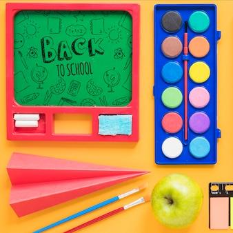 Arrangement avec tableau vert et objets pour la classe d'art