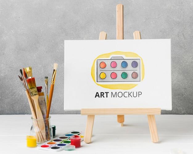 Arrangement avec toile et aquarelles