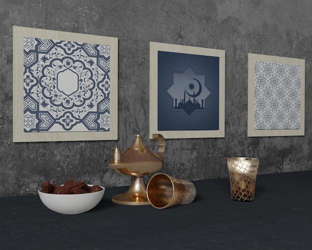 Arrangement traditionnel de ramadan avec maquette de cadres