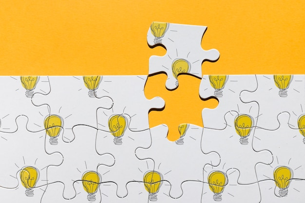 Arrangement de vue ci-dessus avec puzzle sur fond orange