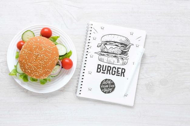 Arrangement de vue de dessus avec burger végétarien