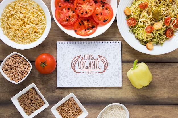 Arrangement de vue de dessus avec nourriture et cahier