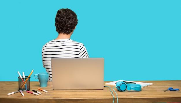 À l'arrière de l'homme fou avec un ordinateur portable