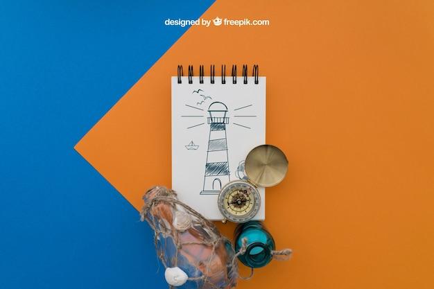 Articles de plage avec bloc-notes sur fond orange et bleu
