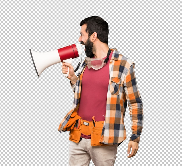 Artisan homme criant à travers un mégaphone