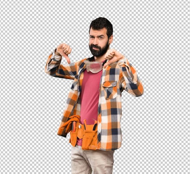 Artisan homme montrant le pouce vers le bas