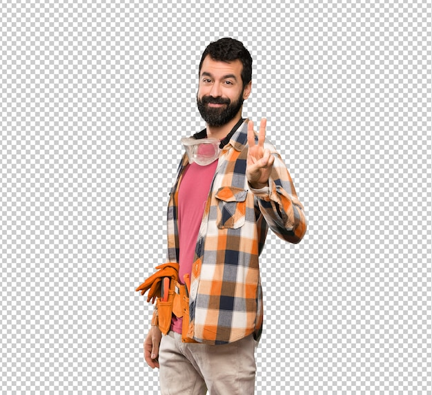 Artisan homme souriant et montrant le signe de la victoire