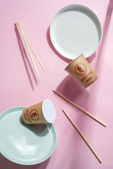 Assiettes volantes, gobelets en papier et bâtons en bois.