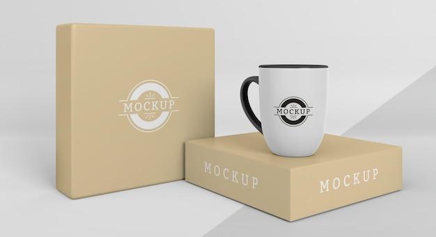 Assortiment de boîtes de mugs maquettes