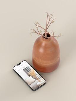 Assortiment élégant avec maquette de smartphone et vase