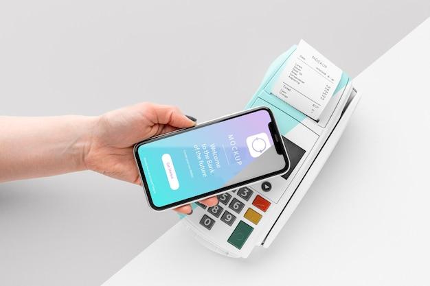 Assortiment avec maquette d'application de paiement pour smartphone