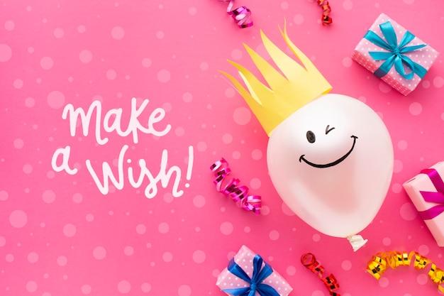 Ballons d'anniversaire avec des cadeaux blancs