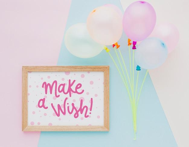 Ballons d'anniversaire avec cadre de lettrage mignon